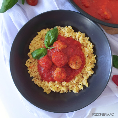 Chiftele italienesti servite cu sos de rosii si cus-cus